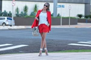 look-do-dia-conjuntinho-short-sport-vermelho-blazer-bermelho-tshirt-furada-pedras-